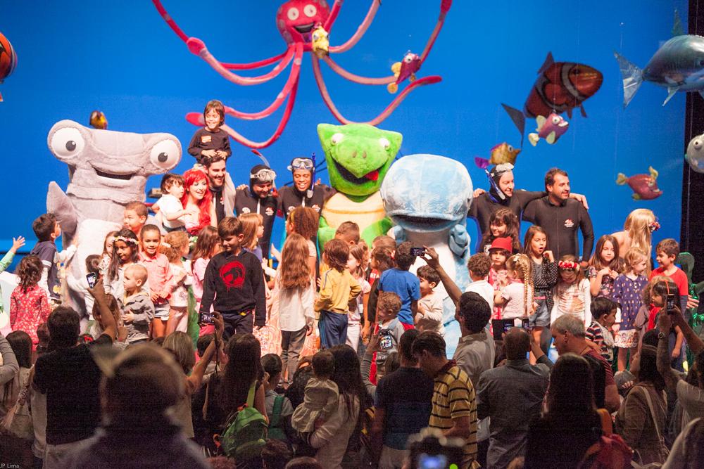 As crianças no palco com toda a turma!