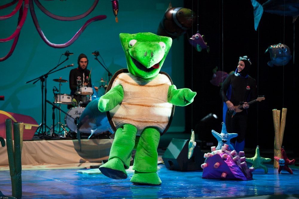 A Tartaruga fazendo a alegria das crianças